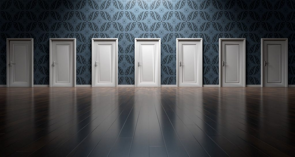 7 bielych, zatvorených dverí