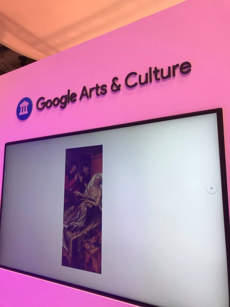 Ružové pozadie s plátnom na ktorom je nástroj od spoločnosti Google - Google Arts & Culture.
