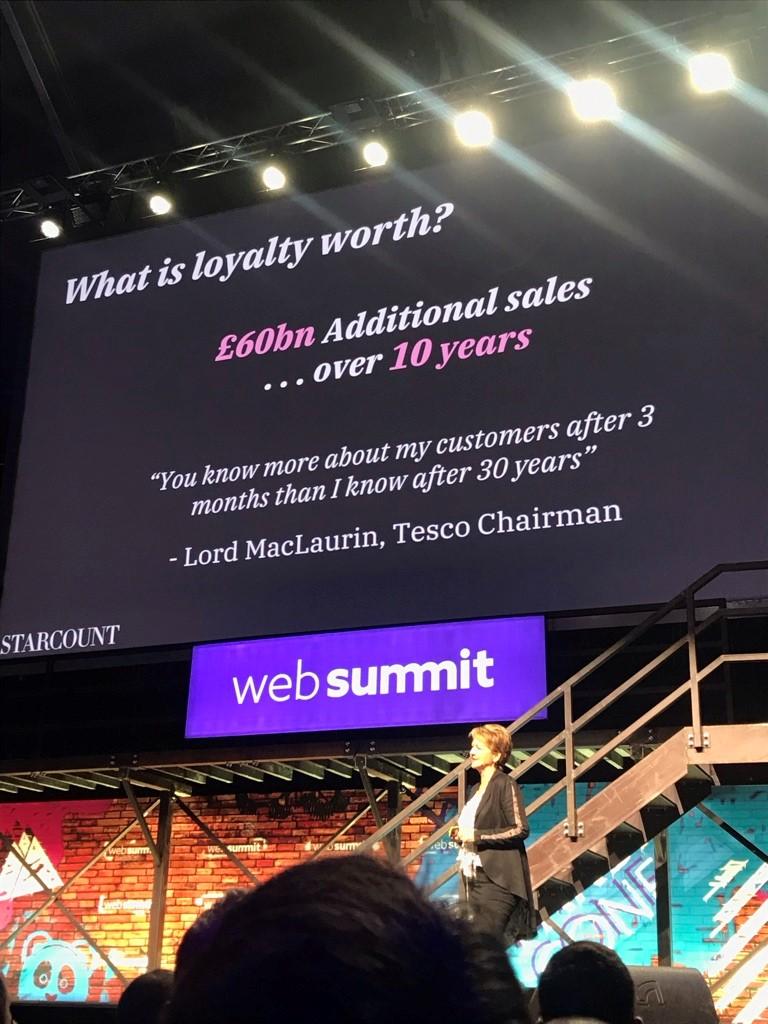 Žena stojaca pred veľkou obrazovkou prezentuje na Web Summite.